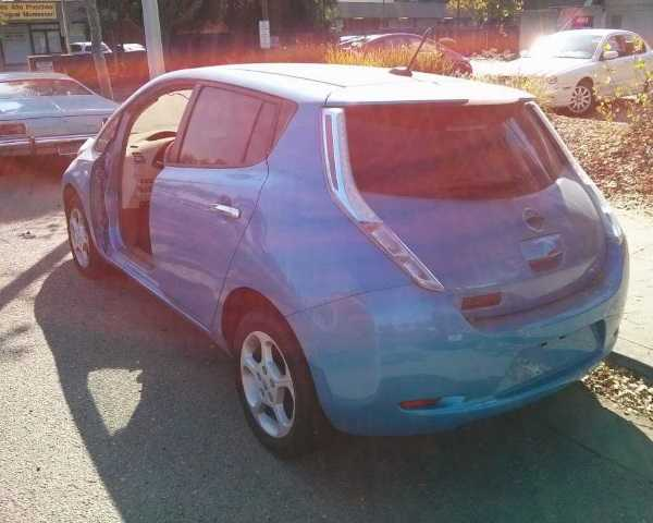 abandoned-electric-car-leaf1c